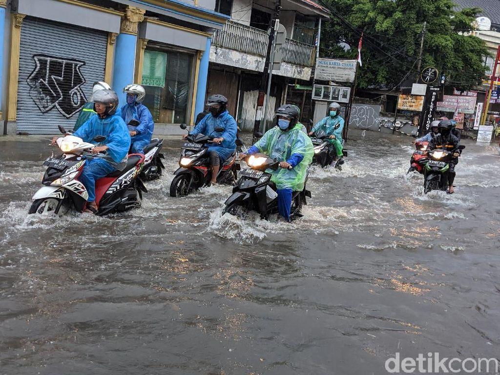 Hujan Deras Bikin Kawasan Haji Nawi Tergenang