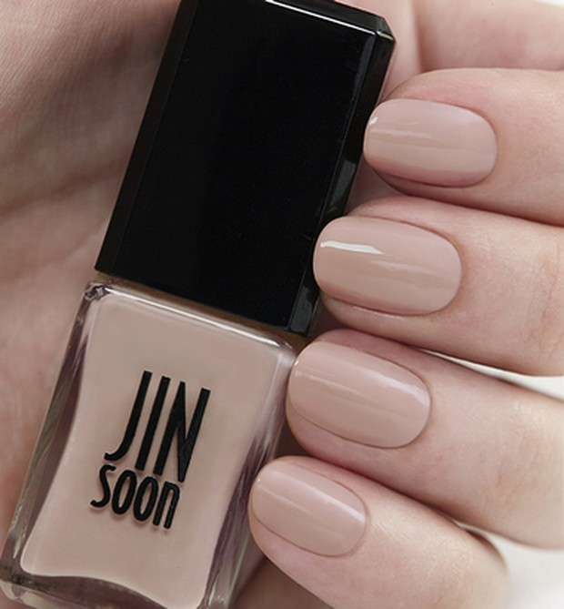 Warna pinky-beige ini akan mencerahkan kulit dan memanjangkan bentuk tangan kamu.