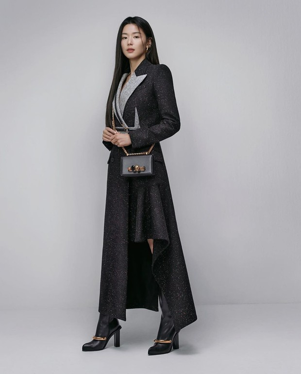 Aktris cantik Jun Ji Hyun membuat sejarah sebagai orang Korea Selatan pertama yang ditunjuk sebagai brand ambassador Alexander McQueen.