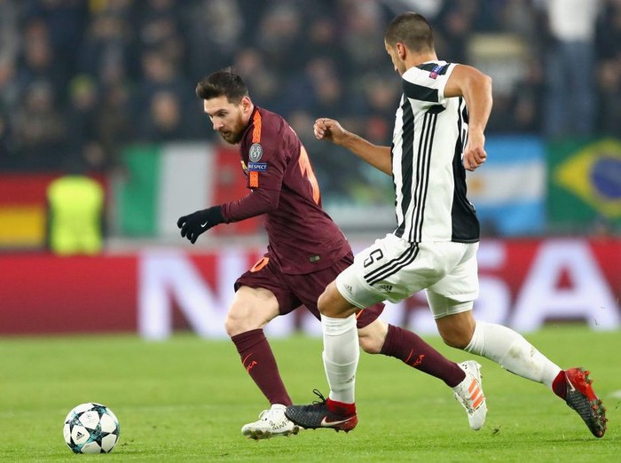 TURIN, ITALY - NOVEMBER 22: Lionel Messi of Barcelona and Sami Khedira of Juventus battle for possession during the UEFA Champions League group D match between Juventus and FC Barcelona at Allianz Stadium on November 22, 2017 in Turin, Italy.  (Photo by Michael Steele/Getty Images)