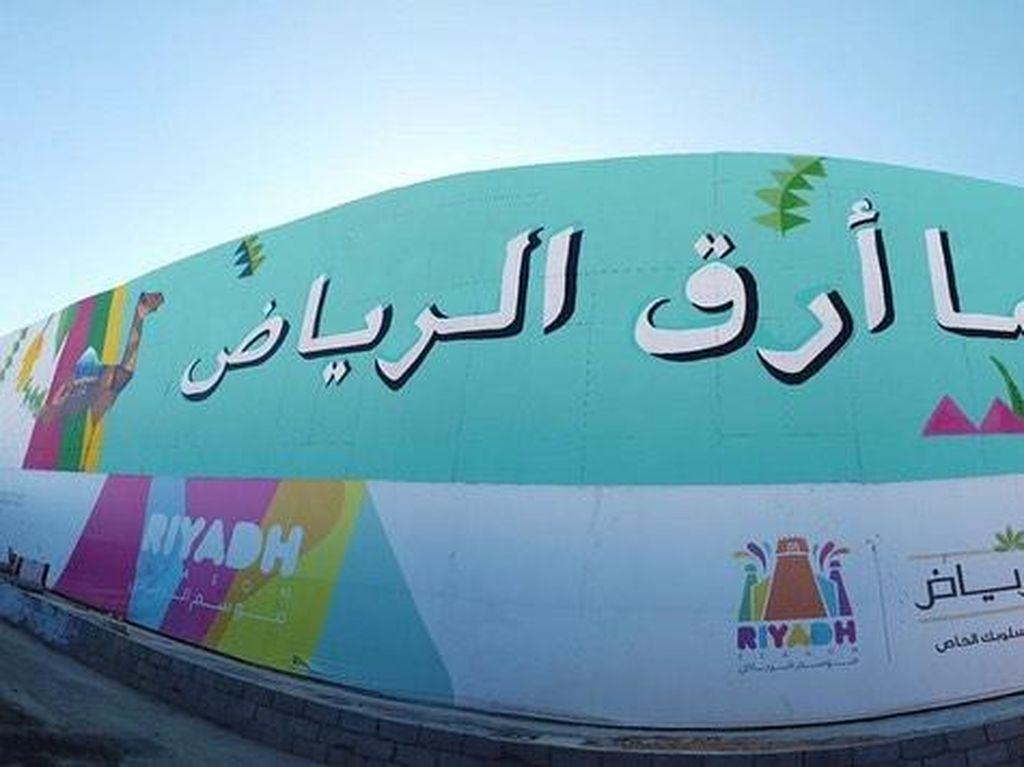 Kaligrafi Arab yang Indah Hiasi Jalanan Kota Riyadh