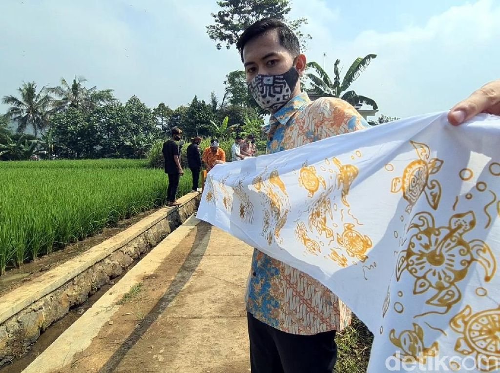 Warga Parungseah Catatkan Rekor Batik Terpanjang di Hari Batik Nasional