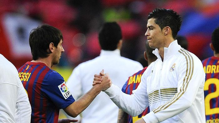 BARCELONA, SPAIN - APRIL 21:  Lionel Messi of FC Barcelona (L) and Cristiano Ronaldo of Real Madrid CF shake hands prior to the La Liga match between FC Barcelona and Real Madrid at Camp Nou on April 21, 2012 in Barcelona, Spain. Real Madrid CF won 1-2.  (Photo by David Ramos/Getty Images)