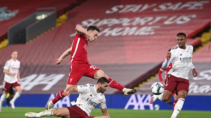 LIVERPOOL, ENGLAND - OCTOBER 01: Diogo Jota of Liverpool shoots during the Carabao Cup fourth round match between Liverpool and Arsenal at Anfield on October 01, 2020 in Liverpool, England. Football Stadiums around United Kingdom remain empty due to the Coronavirus Pandemic as Government social distancing laws prohibit fans inside venues resulting in fixtures being played behind closed doors. (Photo by Laurence Griffiths/Getty Images)