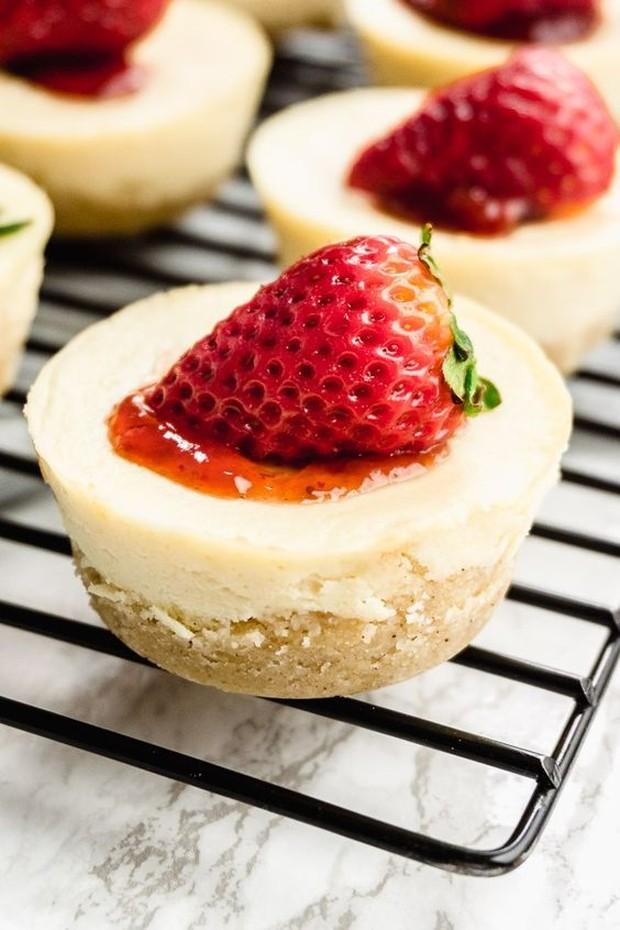 Kue keju ini memiliki rasa manis, rendah karbohidrat, bebas gluten, dan ramah keto.