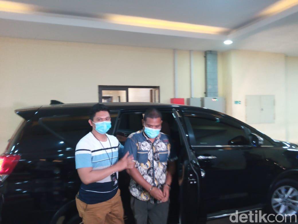 Pengunggah kolase foto Wapres Ma'ruf Amin dengan 'Kakek Sugiono', Sulaiman Marpaung, tiba di Bareskrim Polri (Kadek Melda Luxiana/detikcom).