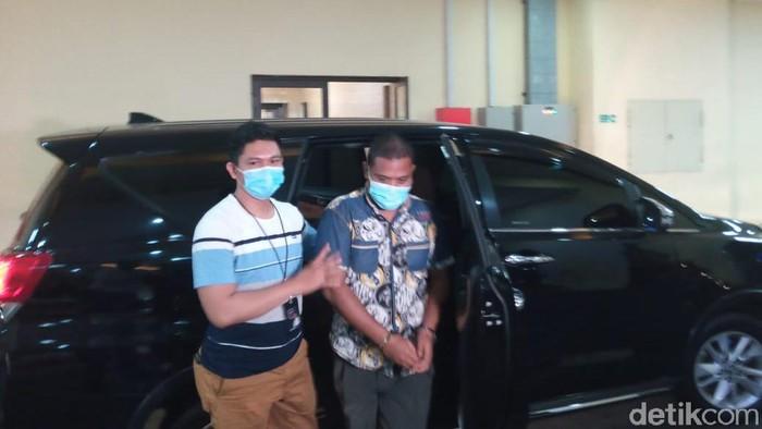 Pengunggah kolase foto Wapres Maruf Amin dengan Kakek Sugiono, Sulaiman Marpaung, tiba di Bareskrim Polri (Kadek Melda Luxiana/detikcom).
