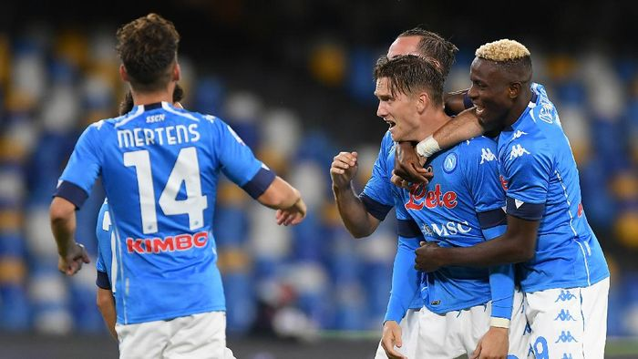 NAPLES, ITALY - SEPTEMBER 27: Fabian Ruiz, Victor Osimhen and Piotr Zielinski of SSC Napoli celebrate the 2-0 goal scored by Piotr Zielinski during the Serie A match between SSC Napoli and Genoa CFC at Stadio San Paolo on September 27, 2020 in Naples, Italy. (Photo by Francesco Pecoraro/Getty Images)