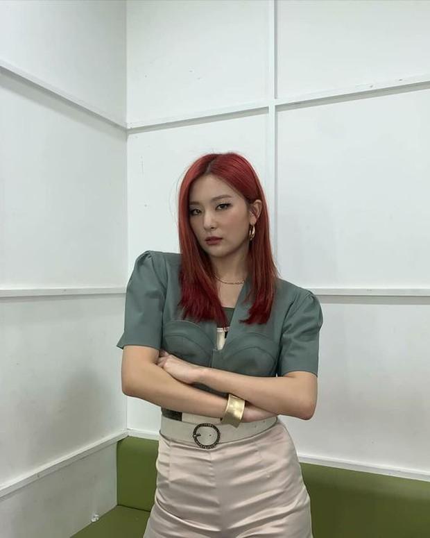 Rambut merah idol Kpop minati karena penampilannya mencolok. cerah, dan tak kenal takut.