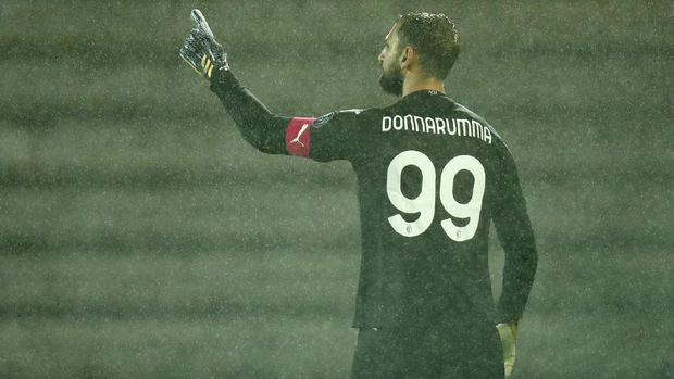 AC Milan goalkeeper Gianluigi Donnarumma celebrates after winning the Europa League playoff soccer match between Rio Ave FC and AC Milan in Vila do Conde, Portugal, Thursday, Oct. 1, 2020. Milan won a penalty shootout 9-8 after the match ended tied 2-2. (AP Photo/Luis Vieira)