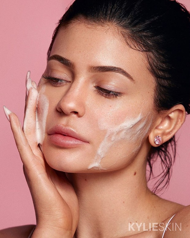 Skincare routine di pagi hari Kylie Jenner