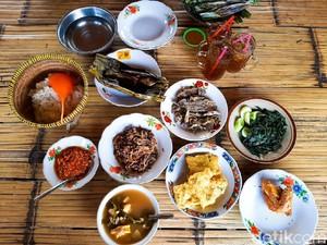Sensasi Makan Ikan Cere Goreng dan Sayur Asem Buatan Bu Tini