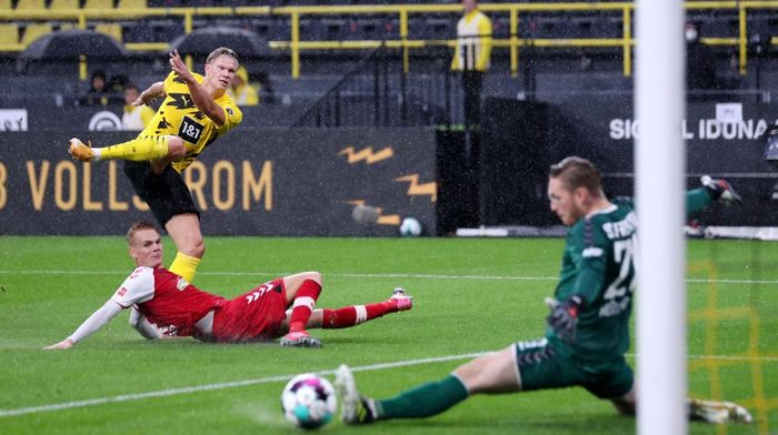DORTMUND, GERMANY - OCTOBER 03: Erling Haaland of Borussia Dortmund scores his sides first goal during the Bundesliga match between Borussia Dortmund and Sport-Club Freiburg at Signal Iduna Park on October 03, 2020 in Dortmund, Germany. A limited number of fans have been allowed into the stadium as COVID-19 precautions ease in Germany. (Photo by Lars Baron/Getty Images)
