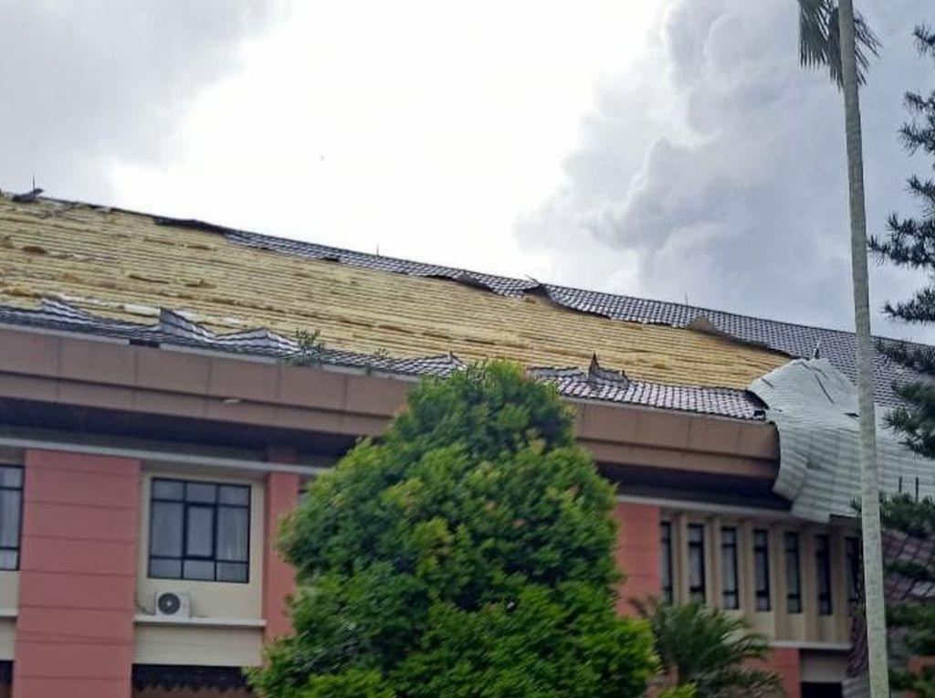 Tenggarong Diterjang Hujan Angin, Atap Gedung DPRD Kukar Beterbangan