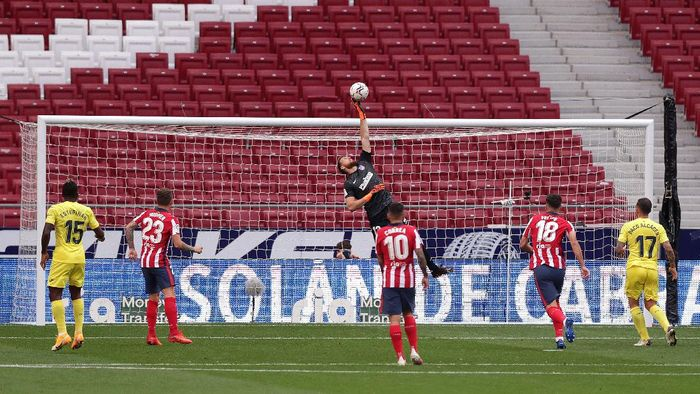 MADRID, SPAIN - OCTOBER 03: Jan Oblak of Atletico de Madrid makes a save during the La Liga Santader match between Atletico de Madrid and Villarreal CF at Estadio Wanda Metropolitano on October 03, 2020 in Madrid, Spain. Football Stadiums around Europe remain empty due to the Coronavirus Pandemic as Government social distancing laws prohibit fans inside venues resulting in fixtures being played behind closed doors. (Photo by Gonzalo Arroyo Moreno/Getty Images)