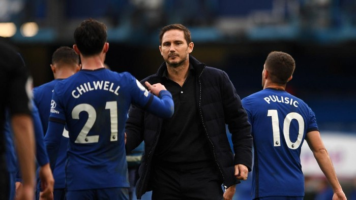 LONDON, ENGLAND - OCTOBER 03: Frank Lampard, Manager of Chelsea and Ben Chilwell of Chelsea celebrate following their teams victory in the Premier League match between Chelsea and Crystal Palace at Stamford Bridge on October 03, 2020 in London, England. Sporting stadiums around the UK remain under strict restrictions due to the Coronavirus Pandemic as Government social distancing laws prohibit fans inside venues resulting in games being played behind closed doors. (Photo by Neil Hall - Pool/Getty Images)
