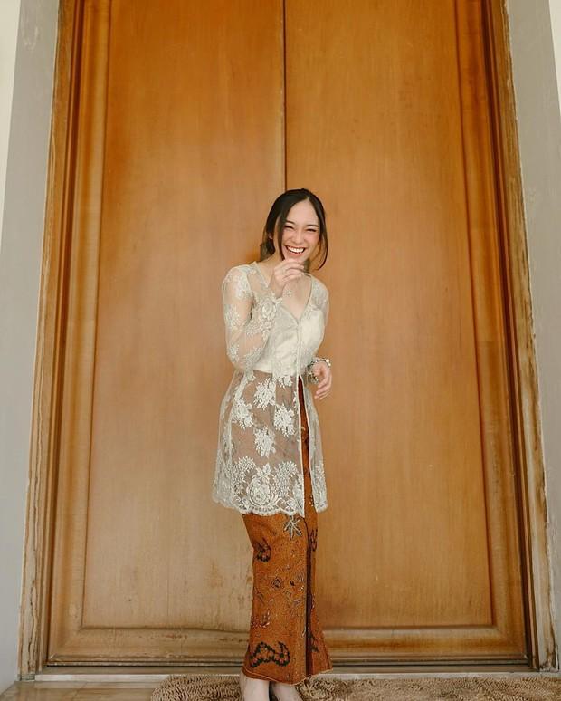 dipenampilannya kali ini, Cindy mengenakan kebaya yang dikombinasikan dengan batik kain berwarna cokelat.