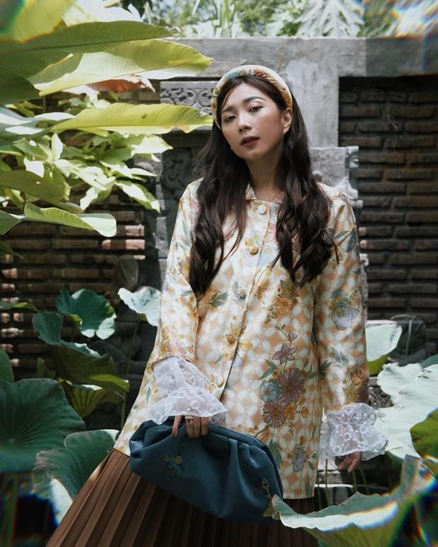 Claradevi memadukan atasan outer dengan rok berwarna cokelat, kombinasi dari atasan dan roknya juga sangat cocok.
