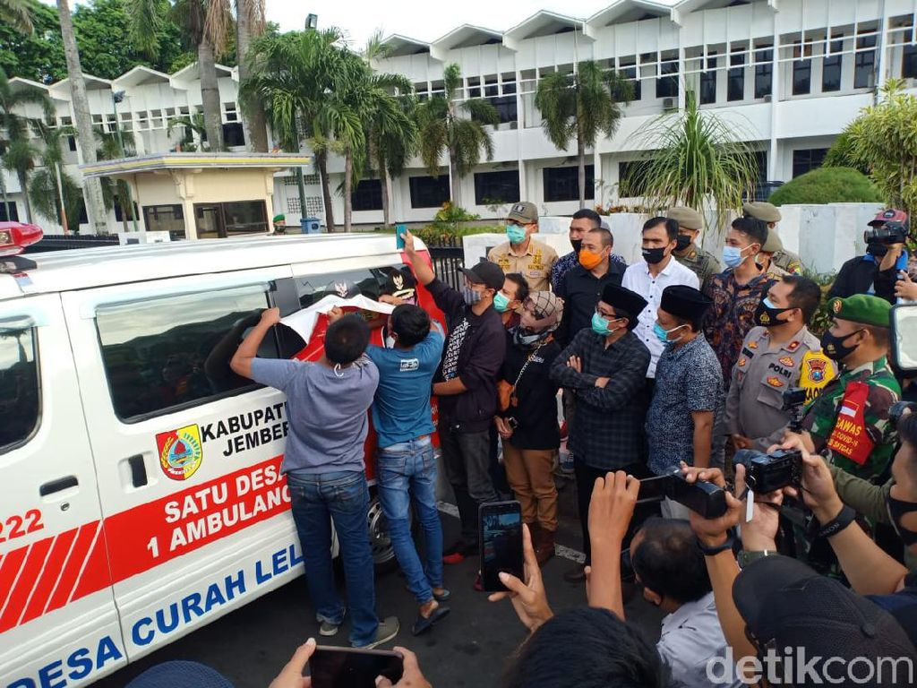 Foto Bupati Faida di 248 Ambulans Desa Ditutup Logo Pemkab Jember