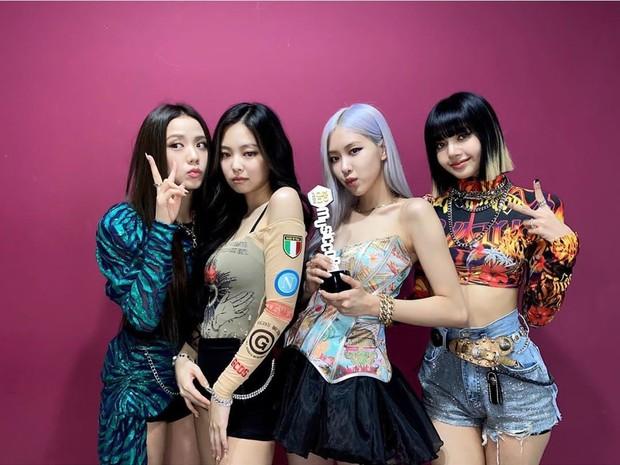 Lovesick Girls membawa pesan positif yang mengajak penggemar dan pendengar untuk move on atau bangkit dari kegagalan dan patah hati dalam asmara.