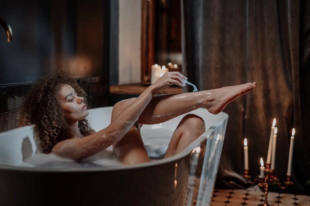 Lakukan ritual ini di malam hari untuk mengoptimalkan tidur kamu, saat berendam kamu bisa gunakan Epsom salt.