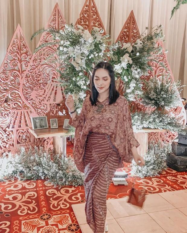 terlihat Nabila mengenakan setelan batik yang cantik. Model setelan batik seperti ini juga menjadi outfit favorit banyak orang jaman sekarang.