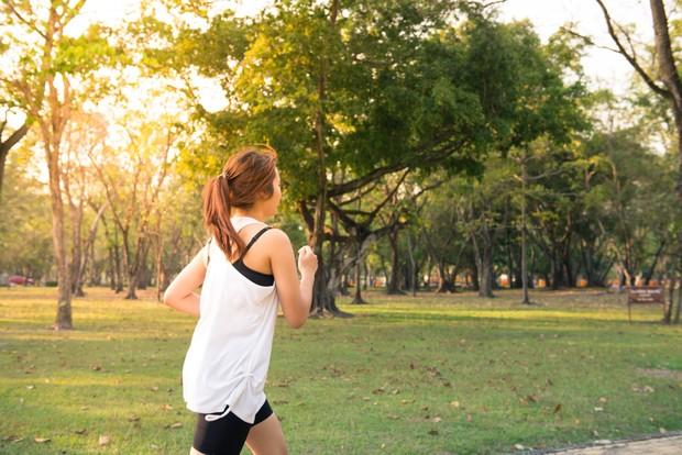 Hanya sekedar jalan-jalan di pagi hari setelah kamu bangun dari tidur itu bisa membuat kamu lebih tenang dan sehat.