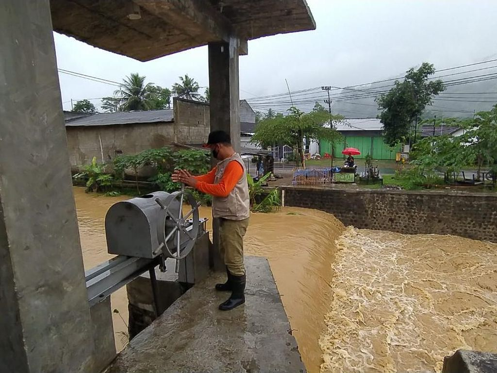 Banjir di Ngadirojo Pacitan Disebabkan Sampah Sumbat Pintu Air