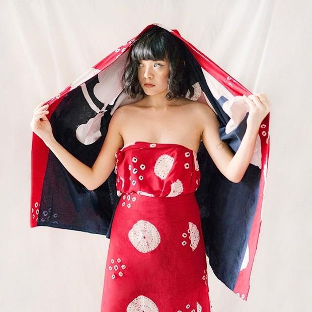 Kamu bisa mengenakan keduanya menjadi setelan batik yang modern ala Sonia Eryka, Ladies!