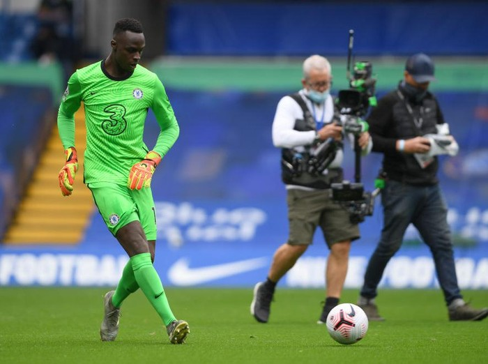 LONDON, ENGLAND - OCTOBER 03: Edouard Mendy of Chelsea warms up prior to the Premier League match between Chelsea and Crystal Palace at Stamford Bridge on October 03, 2020 in London, England. Sporting stadiums around the UK remain under strict restrictions due to the Coronavirus Pandemic as Government social distancing laws prohibit fans inside venues resulting in games being played behind closed doors. (Photo by Mike Hewitt/Getty Images)