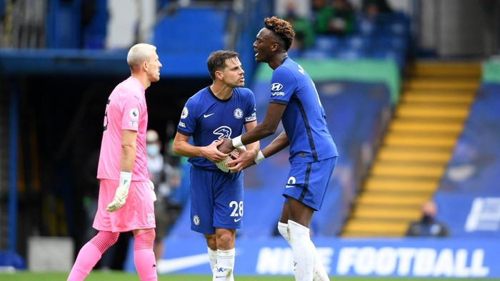 LONDON, ENGLAND - OCTOBER 03: Cesar Azpilicueta and Tammy Abraham of Chelsea argue over the ball during the Premier League match between Chelsea and Crystal Palace at Stamford Bridge on October 03, 2020 in London, England. Sporting stadiums around the UK remain under strict restrictions due to the Coronavirus Pandemic as Government social distancing laws prohibit fans inside venues resulting in games being played behind closed doors. (Photo by Mike Hewitt/Getty Images)