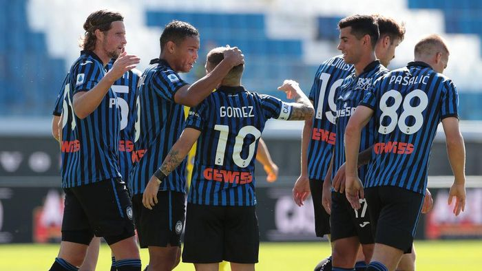BERGAMO, ITALY - OCTOBER 04:  Alejandro Gomez of Atalanta BC celebrates his goal with his team-mates during the Serie A match between Atalanta BC and Cagliari Calcio at Gewiss Stadium on October 4, 2020 in Bergamo, Italy.  (Photo by Emilio Andreoli/Getty Images)