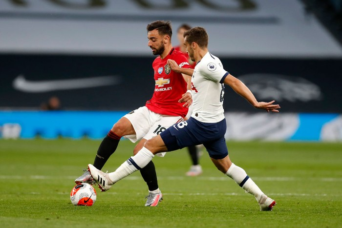 LONDON, ENGLAND - JUNE 19: Bruno Fernandes of Manchester United is challenged by Harry Winks of Tottenham Hotspur during the Premier League match between Tottenham Hotspur and Manchester United at Tottenham Hotspur Stadium on June 19, 2020 in London, England. (Photo by Matt Childs/ Pool via Getty Images)