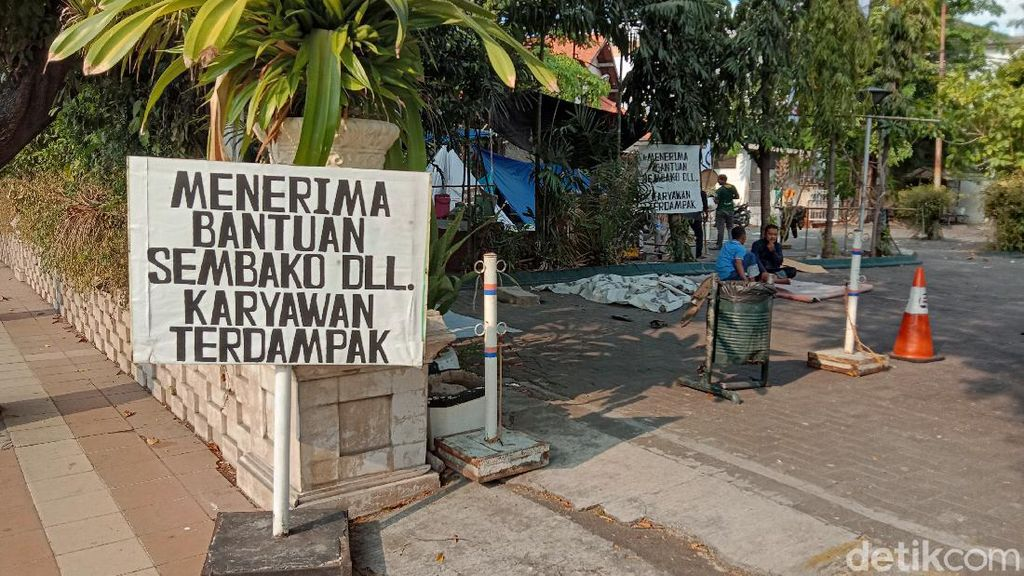 Potret Karyawan Hotel Garden Palace Surabaya yang Bertahan di Tenda