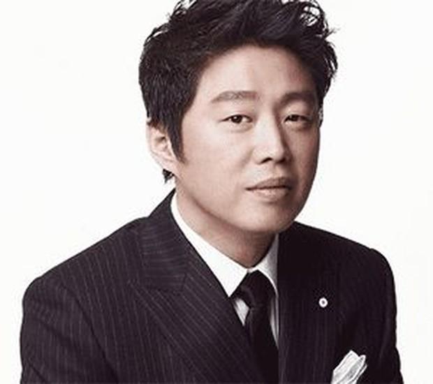 Kim Hee Won mengatakan keduanya hanya tidak lebih dari teman dekat.