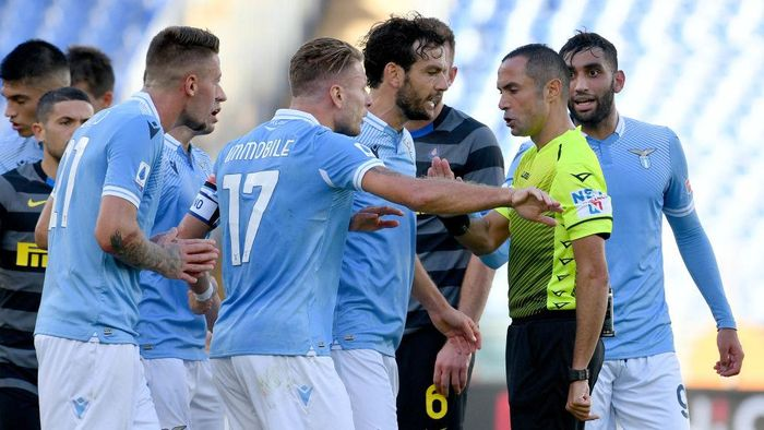 ROME, ITALY - OCTOBER 04: Ciro Immobile of SS Lazio speacks with the referee Marco Guida during the Serie A match between SS Lazio and FC Internazionale at Stadio Olimpico on October 04, 2020 in Rome, Italy. (Photo by Marco Rosi - SS Lazio/Getty Images)