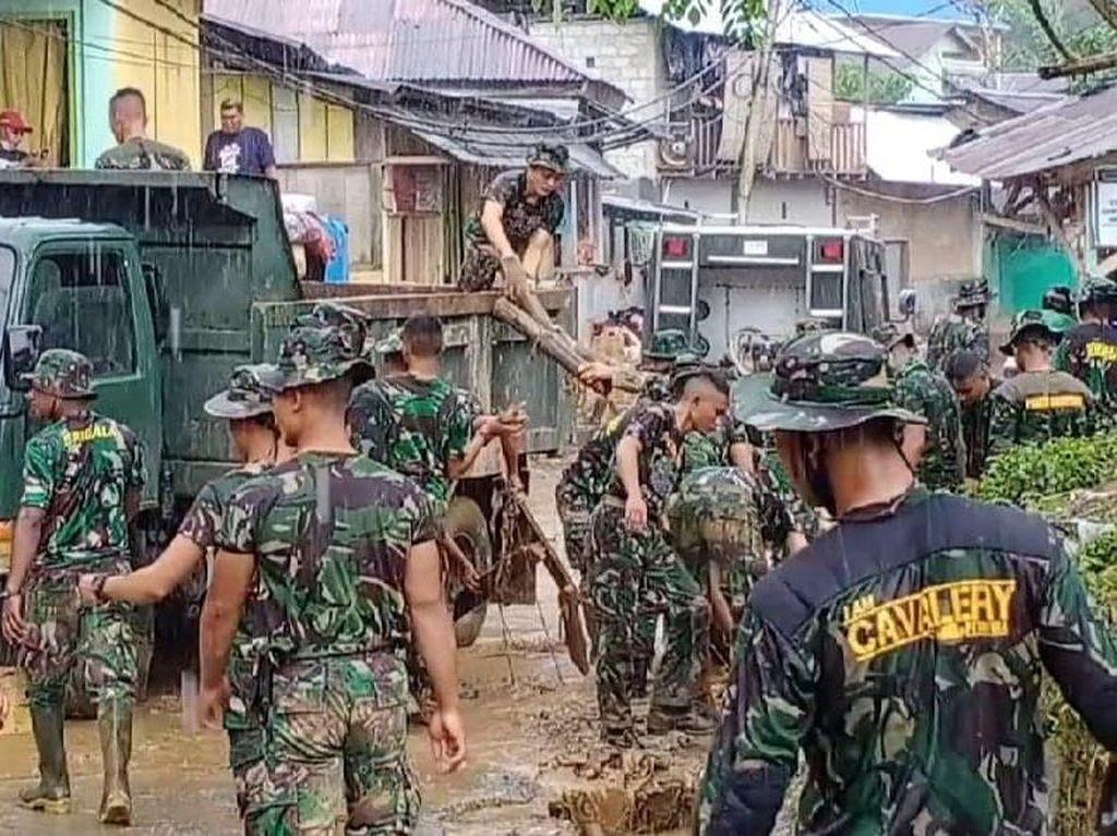 Air Surut, Aparat-Warga Kerja Bakti Angkut Lumpur Sisa Banjir di Ambon