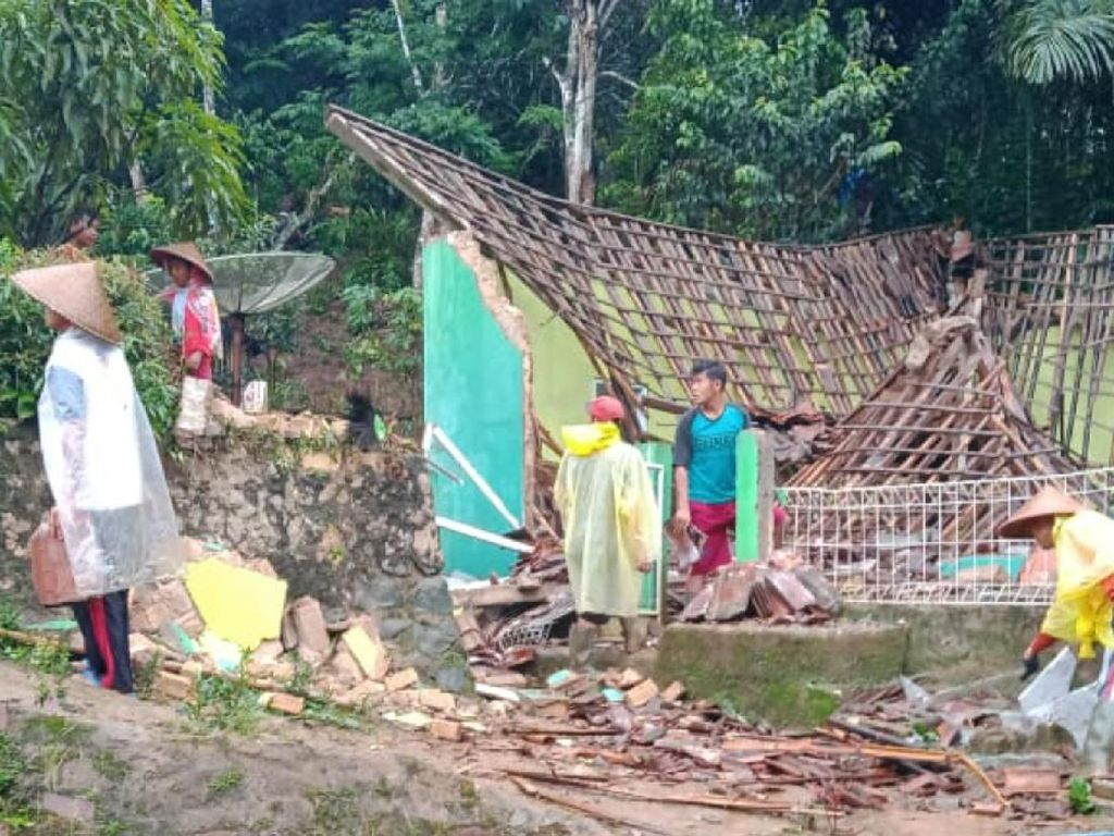 Diterjang Angin Kencang, Masjid di Jampangkulon Sukabumi Roboh