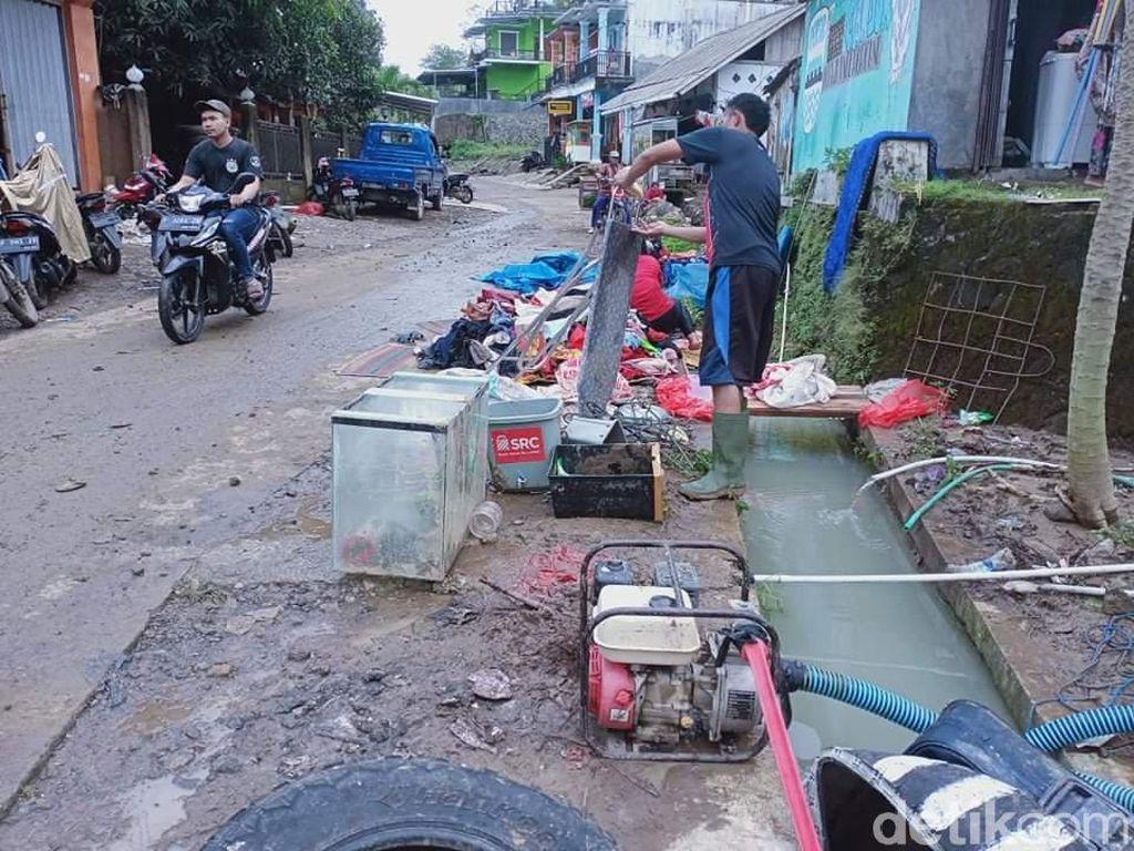 Korban Banjir Cianjur Gunakan Air Selokan untuk Mencuci dan Masak