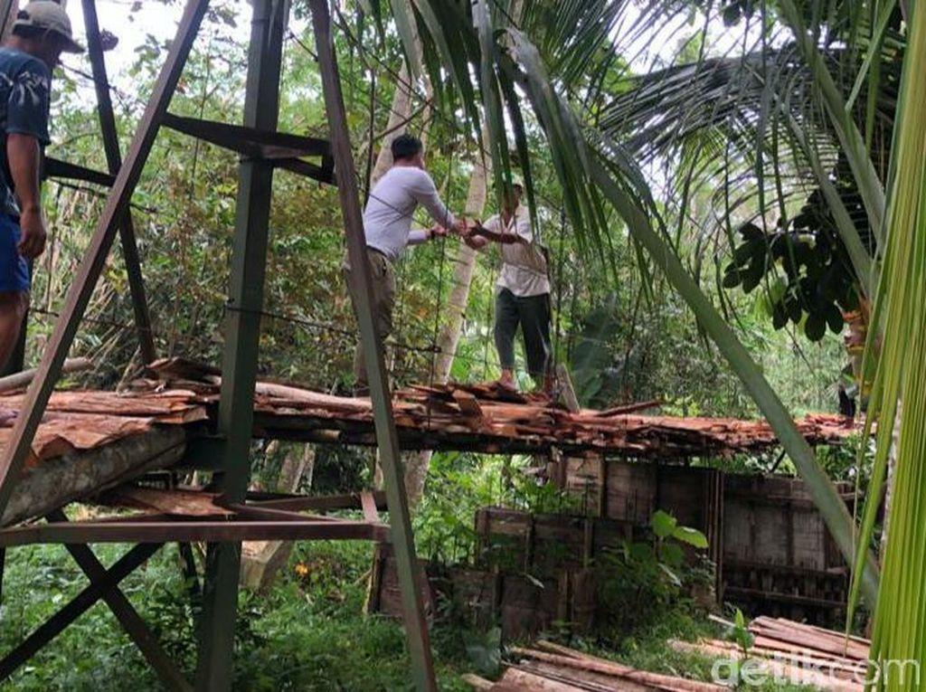 Warga Pajaten Pangandaran Gotong Royong Perbaiki Jembatan