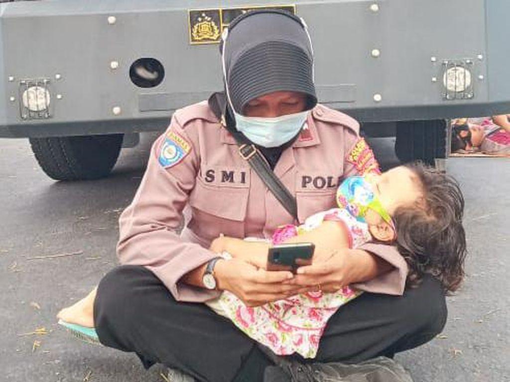 Cerita Haru di Balik Viral Polwan Gendong Anak Amankan Demo Pilkada Dompu
