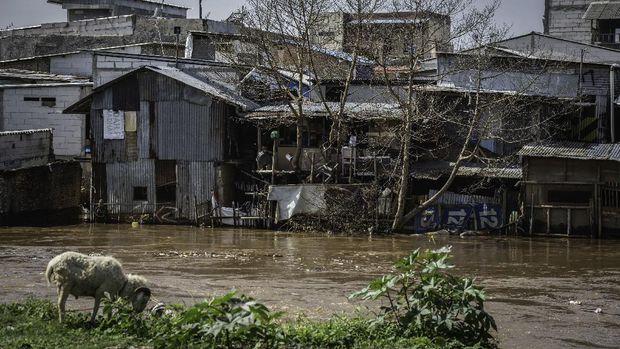 Deretan permukiman penduduk semi permanen di bantaran Sungai Ciliwung, Jakarta, Senin (5/10/2020). Pemprov DKI Jakarta mencatat terdapat kenaikan 1,11 persen angka kemiskinan Jakarta menjadi 4,53 persen pada bulan September 2020 karena dampak dari pandemi COVID-19. ANTARA FOTO/Aprillio Akbar/wsj.