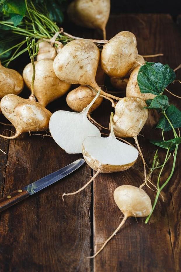 bengkuang memiliki banyak nutrisi dan vitamin seperti vitamin B dan C yang mampu menjaga kesehatan serta mencerahkan kulit.