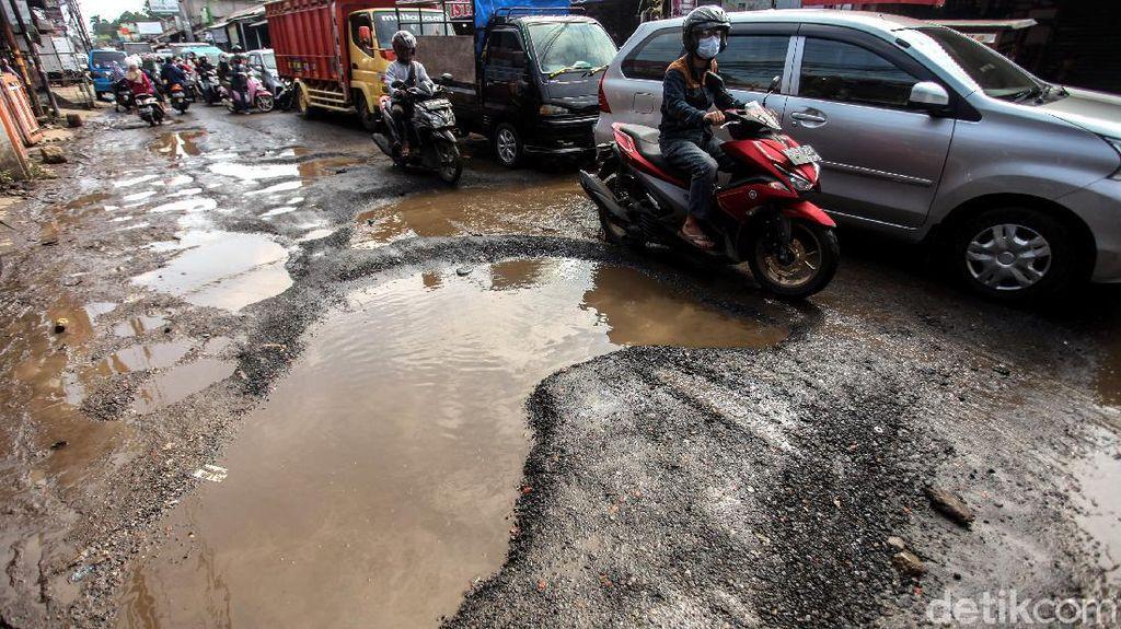 Duh, Jalan Berlubang di Kabupaten Bogor Bahayakan Pengendara
