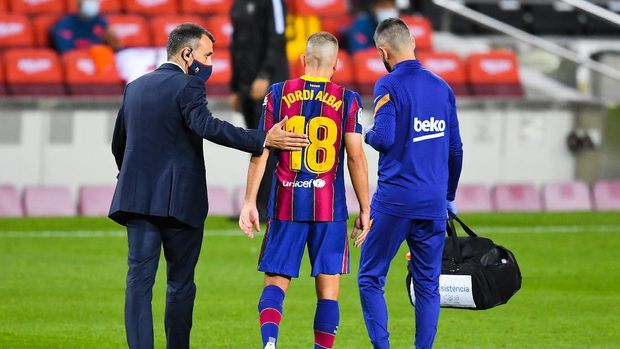 BARCELONA, SPAIN - OCTOBER 04: Jordi Alba of FC Barcelona walks off the pitch after being injured during the La Liga Santander match between FC Barcelona and Sevilla FC at Camp Nou on October 04, 2020 in Barcelona, Spain. Football Stadiums around Europe remain empty due to the Coronavirus Pandemic as Government social distancing laws prohibit fans inside venues resulting in fixtures being played behind closed doors. (Photo by David Ramos/Getty Images)
