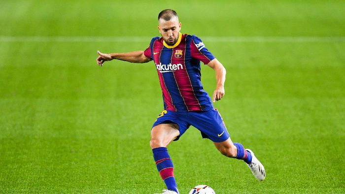 BARCELONA, SPAIN - OCTOBER 04: Jordi Alba of FC Barcelona runs with the ball during the La Liga Santander match between FC Barcelona and Sevilla FC at Camp Nou on October 04, 2020 in Barcelona, Spain. Football Stadiums around Europe remain empty due to the Coronavirus Pandemic as Government social distancing laws prohibit fans inside venues resulting in fixtures being played behind closed doors. (Photo by David Ramos/Getty Images)