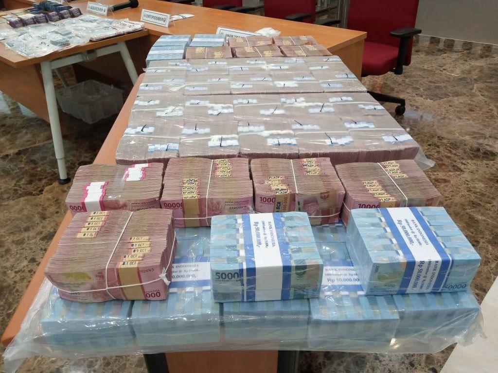 Penampakan Tumpukan Uang Rp 9 M, Barang Bukti Pembobolan Bank dan Grab