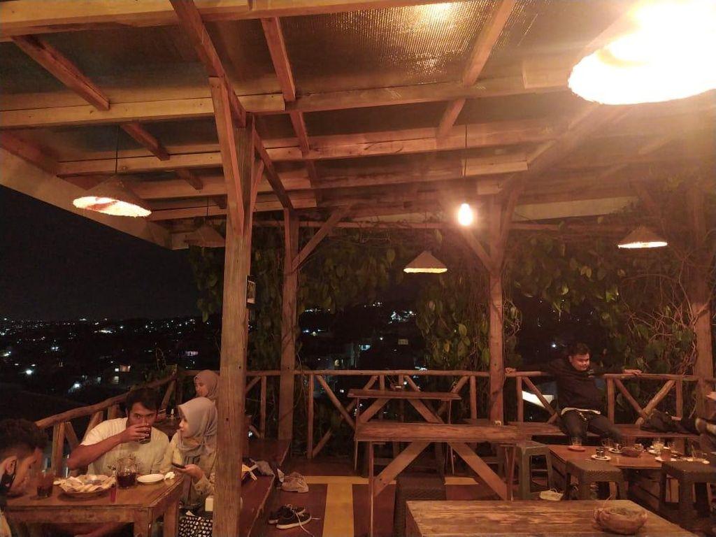 Foto: Kedai Kopi dengan Pemandangan Indah Bandung Saat Malam