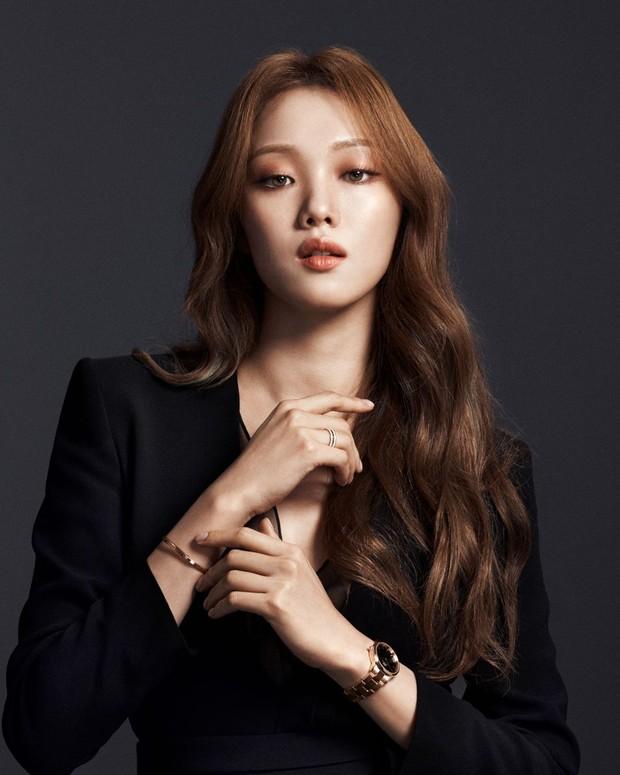 Lee Sung Kyung berpose untuk koleksi jam tangan DW