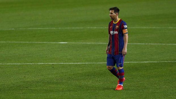 Barcelona's Lionel Messi walks during the Spanish La Liga soccer match between FC Barcelona and Sevilla FC at the Camp Nou stadium in Barcelona, Spain, Sunday, Oct. 4, 2020. (AP Photo/Joan Monfort)
